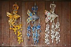 El coco tejido tailandés deja pescados en la madera de la pared imágenes de archivo libres de regalías