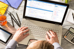 El codificador del cálculo del programa del código de la codificación desarrolla el desarrollo del desarrollador imagen de archivo libre de regalías