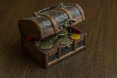 El cofre del tesoro con la moneda rusa vieja y tiene un piso de madera en el fondo Fotografía de archivo