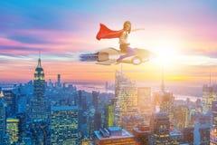 El cohete del vuelo de la niña en concepto del super héroe Imagenes de archivo
