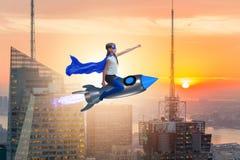 El cohete del vuelo de la niña en concepto del super héroe Imagen de archivo