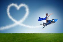 El cohete del vuelo de la niña en concepto del super héroe Foto de archivo