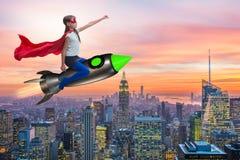 El cohete del vuelo de la niña en concepto del super héroe Fotos de archivo