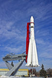 El cohete en la plataforma de lanzamiento Foto de archivo libre de regalías