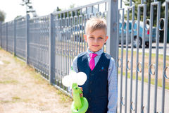 El colegial coloca la cerca cercana en la habitación con los globos Imagen de archivo