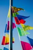 El colgar en las banderas del día de fiesta del viento Foto de archivo