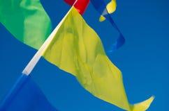El colgar en las banderas del día de fiesta del viento Imagen de archivo