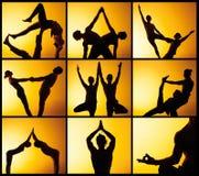 El collage de imágenes de la yoga practicante de dos personas en la luz de la puesta del sol Fotos de archivo