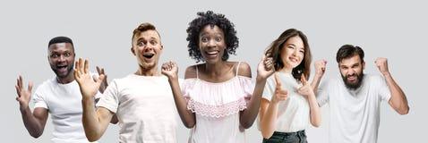 El collage de las caras de la gente sorprendida en los fondos blancos imagen de archivo