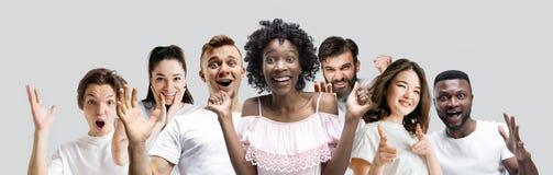 El collage de las caras de la gente sorprendida en los fondos blancos foto de archivo