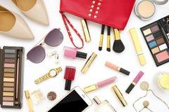 El collage femenino de los accesorios de la endecha plana con los zapatos, las gafas de sol y los cosméticos beige del tacón alto Imagen de archivo