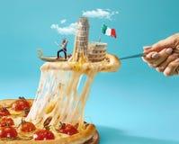El collage sobre Italia con la mano femenina, el gondolero, la pizza y y las vistas importantes fotografía de archivo