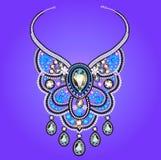 El collar de la mujer de piedras preciosas en un fondo púrpura Imagenes de archivo
