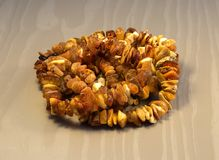El collar hecho del ámbar báltico se compone de una diapositiva El ámbar no es grande, amarillo y marrón Gotas hechas del ámbar n Imágenes de archivo libres de regalías