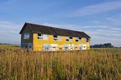 El colmenar encorcha - el remolque del camión de la casa de abeja en campo del verano Imagenes de archivo