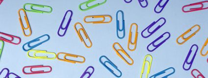 El color acorta concepto mínimo Clips de papel coloreados en un fondo coloreado imagen de archivo libre de regalías