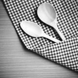 El color blanco y negro de madera de la cuchara y de la toalla de cocina entona estilo Fotografía de archivo