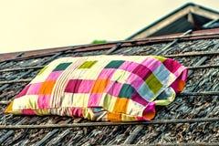 El color brillante aisló el saco comprobado en el tejado viejo fotos de archivo