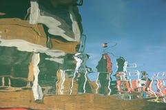 El color de los barcos en el puerto es reflexión muy hermosa del mar fotos de archivo