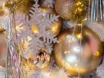 El color de oro en la decoración blanca del árbol de navidad El diciembre Foto de archivo libre de regalías