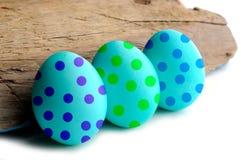 El color de pascua del ejemplo eggs en blanco con el lugar para el texto de la muestra Imagen de archivo
