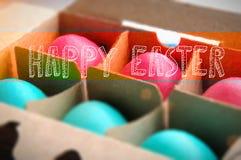 El color de pascua del ejemplo eggs en blanco con el lugar para el texto de la muestra Fotos de archivo