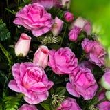 El color de rosa artificial se levantó fotos de archivo