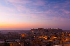 El color de rosa de la salida del sol de la fortaleza de Jaisalmer se nubla las casas H Fotos de archivo libres de regalías