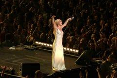 El color de rosa del cantante realiza en el escenario foto de archivo