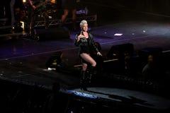 El color de rosa del cantante realiza en el escenario imagen de archivo
