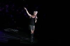 El color de rosa del cantante realiza en el escenario fotografía de archivo libre de regalías