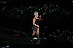 El color de rosa del cantante realiza en el escenario fotos de archivo