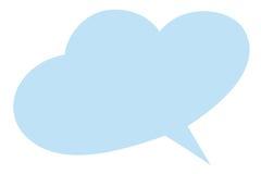El color del azul de cielo aisló la burbuja del diálogo de la forma de la nube en el fondo blanco Imagenes de archivo