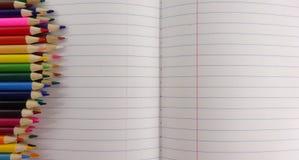 El color del cuaderno de la escuela dibujó a lápiz el fondo Imagen de la foto fotos de archivo libres de regalías