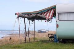 El color del formato horizontal tiró de la caravana al lado del mar, Gisborne, Nueva Zelanda imágenes de archivo libres de regalías