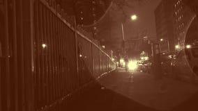 El color del inconformista del indie calificó el timelapse de la acera urbana lluviosa de la ciudad en la noche almacen de metraje de vídeo