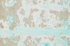 El color del primer y la peladura pálidos de la pared verde pintada del cemento texturizaron el fondo Imagen de archivo