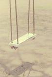 El color del vintage de la cuerda balancea de madera blanco Foto de archivo