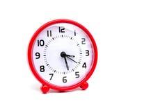 El color rojo del reloj del círculo en el fondo blanco aislado Foto de archivo