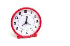 El color rojo del reloj del círculo en el fondo blanco aislado Imagenes de archivo