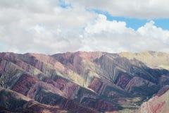 El color rojo rayó las montañas, colores de Cerro de siete Fotografía de archivo