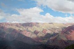 El color rojo rayó las montañas, colores de Cerro de siete Foto de archivo