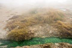 El color verde de la agua caliente en la fuente en el Rupite, Bulgaria Imágenes de archivo libres de regalías