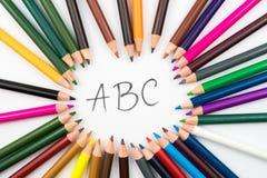 El colorante dibujó a lápiz en el arreglo del círculo con el mensaje ABC Imágenes de archivo libres de regalías