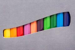 El colorante dibuja con creyón la caja Fotografía de archivo