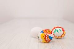 El colorante eggs con los marcadores con los niños en Pascua Foto de archivo libre de regalías