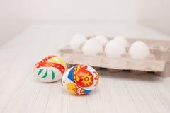 El colorante eggs con los marcadores con los niños en Pascua Fotos de archivo