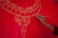El colorante pinta el paraguas hecho del papel/de la tela. Artes y Foto de archivo
