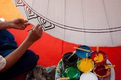El colorante pinta el paraguas hecho del papel/de la tela. Artes y Fotografía de archivo libre de regalías