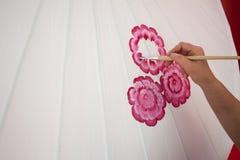 El colorante pinta el paraguas hecho del papel/de la tela. Artes y Foto de archivo libre de regalías